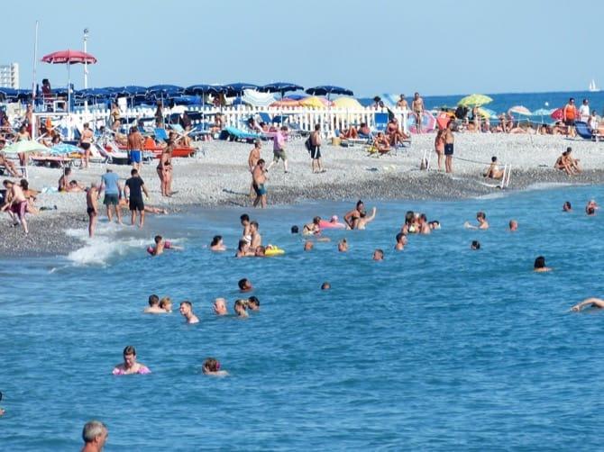 Persone in spiaggia affollata